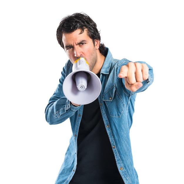 若い男は、孤立した白い背景を叫ぶ 無料写真