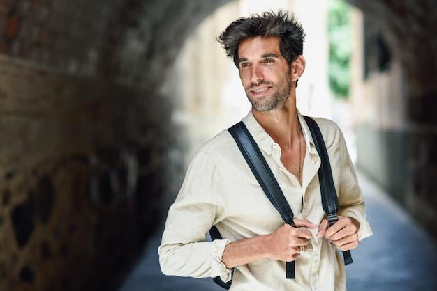 Осмотр достопримечательностей молодого человека на улицах гранады Premium Фотографии