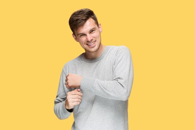 웃 고 노란색 스튜디오 배경에 카메라를보고 젊은 남자 무료 사진