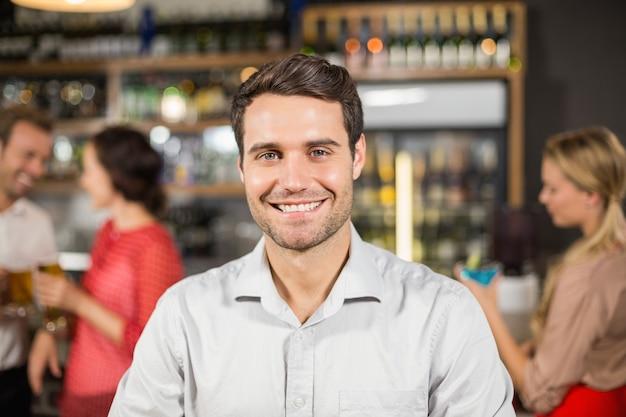 Young man smiling at camera Premium Photo