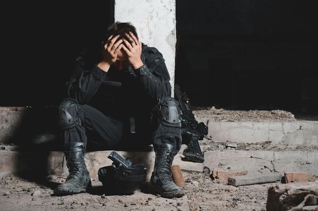 黒の制服を着た若い男兵士 Premium写真