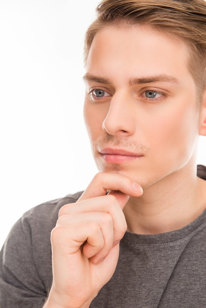 Молодой человек, касаясь его подбородка Premium Фотографии