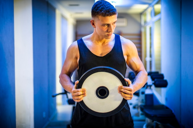 Young man training with weights Free Photo