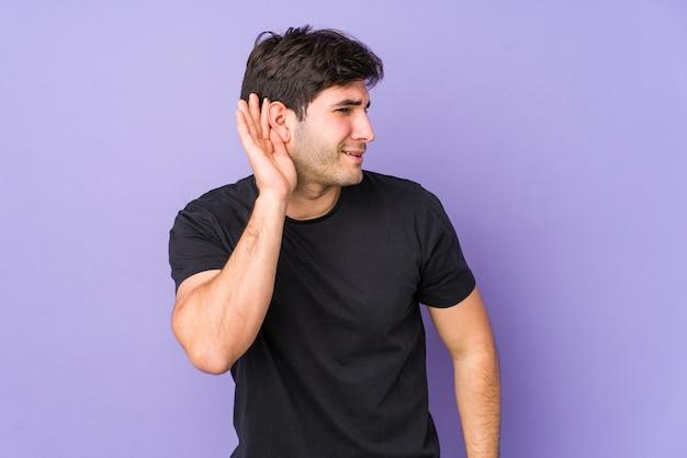Молодой человек пытается слушать сплетни. Premium Фотографии