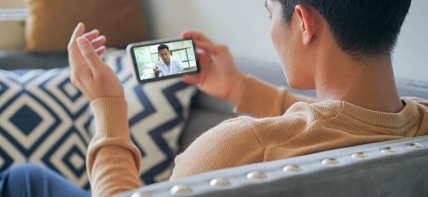 Молодой человек специалист по потоковой передаче видео и слушает объяснения дома Premium Фотографии