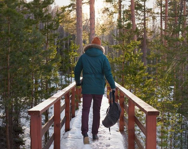 Giovane che cammina nella foresta Foto Gratuite