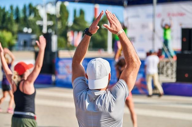 マラソンを実行する前にウォーミングアップする若い男 Premium写真