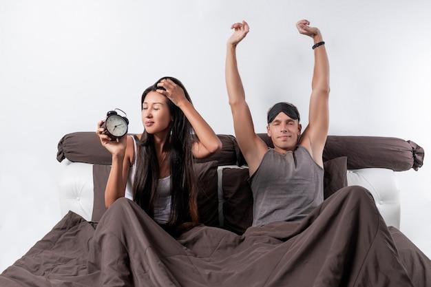 眠っているマスクと女性を持つ若い男 Premium写真