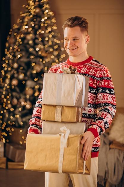 크리스마스 선물 젊은 남자 무료 사진