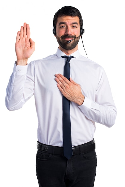 Young man with a headset doing an oath Free Photo