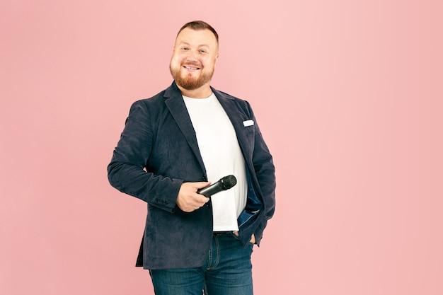 Молодой человек с микрофоном на розовом, ведущий с микрофоном Бесплатные Фотографии