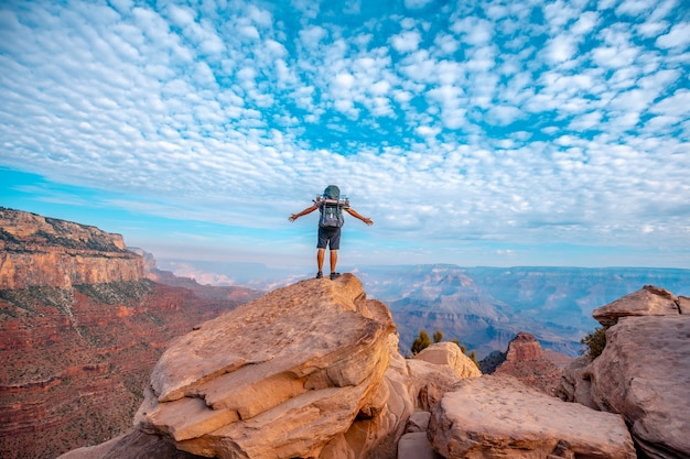 A young man with open arms on a viewpoint of the descent of the south kaibab trailhead. grand canyon, arizona Premium Photo