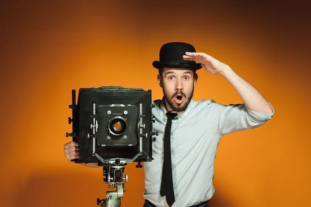 レトロなカメラを持つ若者 無料写真