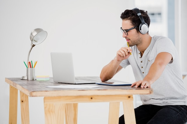 Young man working at his desk Premium Photo