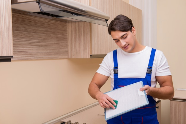 Young man working with kitchen equipment Premium Photo