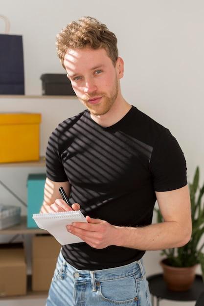 若い男がノートに書いて 無料写真
