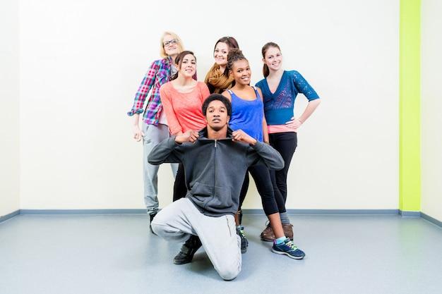 Young men and women in dance class posing Premium Photo