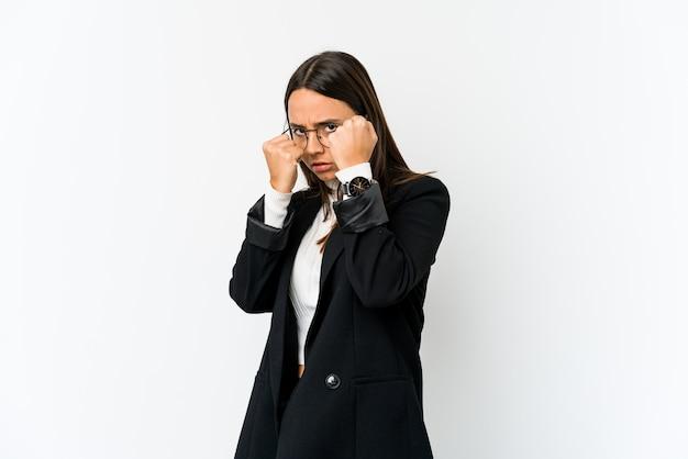 Молодая женщина бизнес смешанной расы, изолированные на белом фоне, бросая удар, гнев, боевые действия из-за аргумента, бокс. Premium Фотографии