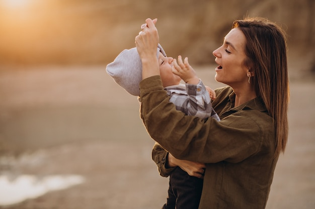 Giovane madre che si diverte con il suo piccolo figlio Foto Gratuite