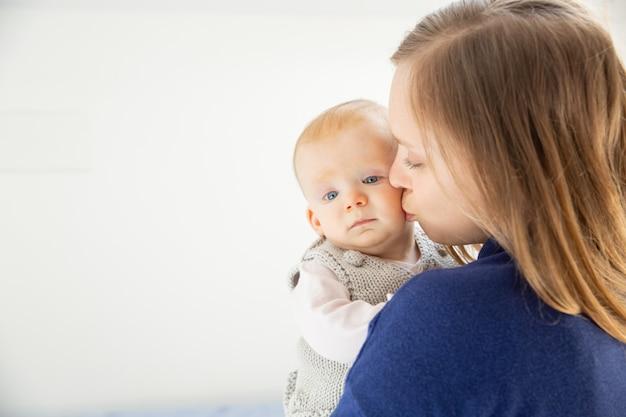 Молодая мать целует милый маленький ребенок Бесплатные Фотографии