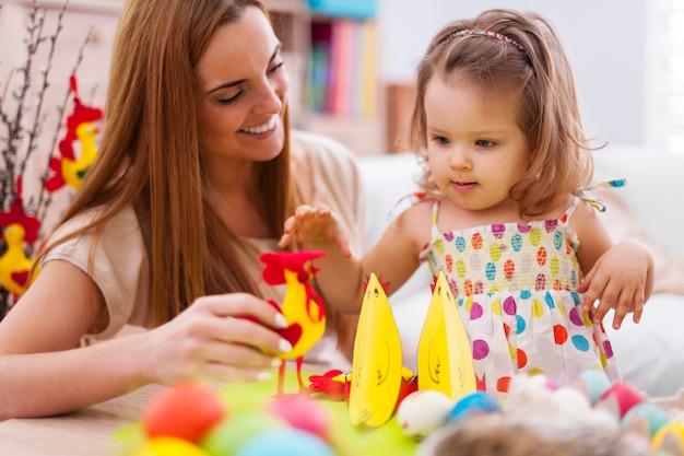 イースターの時期に赤ちゃんと遊ぶ若い母親 無料写真