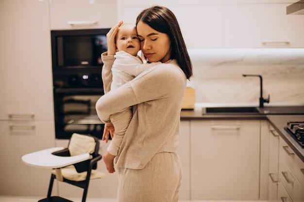 집에서 그녀의 작은 딸과 젊은 어머니 무료 사진