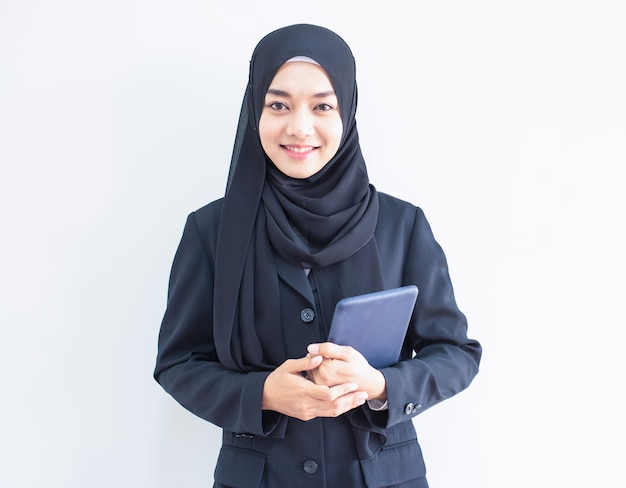 Young muslim business woman holding tablet Premium Photo