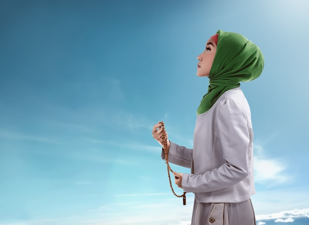 Young muslim woman holding prayer beads Premium Photo