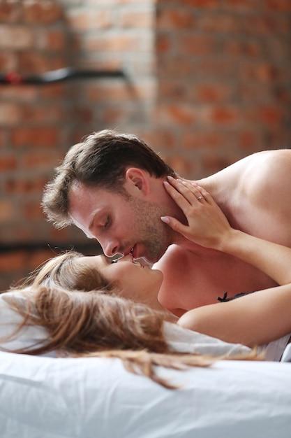 Молодая влюбленная пара в постели Бесплатные Фотографии