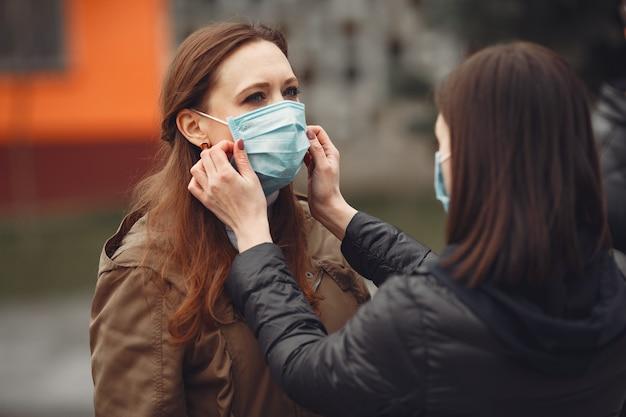 Молодые люди распространяют одноразовые маски снаружи Бесплатные Фотографии