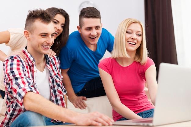 거실에서 무료 인터넷을 즐기는 젊은 이들이 무료 사진