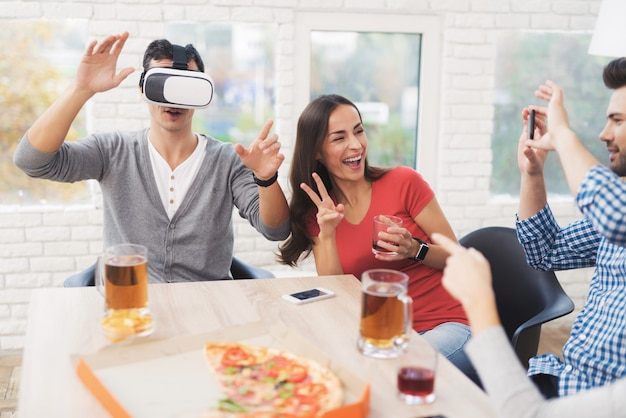 Young people have fun in the helmet of virtual reality. Premium Photo