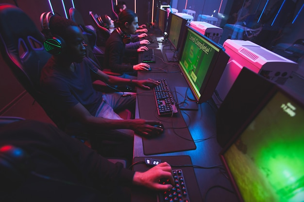 コンピューターゲームをプレイする若者 Premium写真