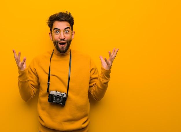 Молодой фотограф человек празднует победу или успех Premium Фотографии