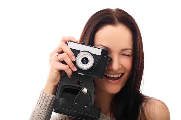 Donna giovane fotografo con macchina fotografica analogica vintage Foto Gratuite