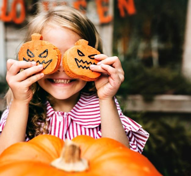 Молодая игривая девушка, наслаждающаяся фестивалем хэллоуина Бесплатные Фотографии