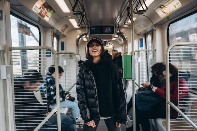 Молодые позируют перед камерой в общественном транспорте Бесплатные Фотографии