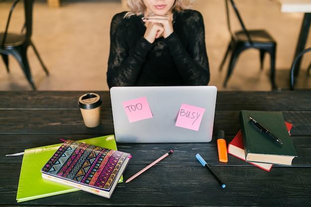 Молодая довольно занятая женщина работает на ноутбуке, заняты бумажными наклейками, согласие, студент в классе, вид сверху на стол с помощью бланка, не беспокоить Бесплатные Фотографии