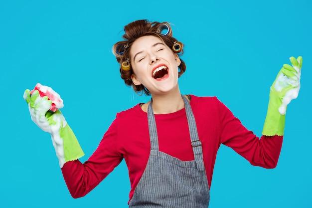Молодые красивые домохозяйки sisngs песни во время мытья окон в перчатках Бесплатные Фотографии