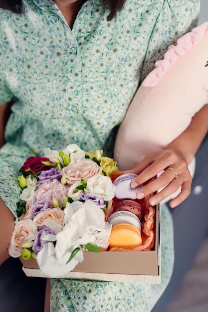 Молодая красивая женщина ест торт в современной кухне. домашняя одежда. Бесплатные Фотографии