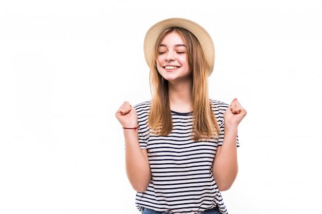 Молодая милая женщина в жесте победы соломенной шляпы изолированная на белой стене Бесплатные Фотографии
