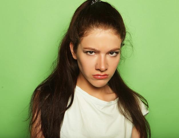 緑の空間の上の若いきれいな女性 Premium写真