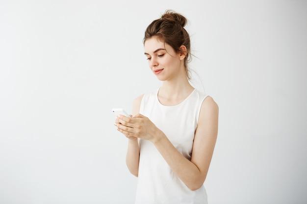 電話を見て笑っている若いきれいな女性 無料写真