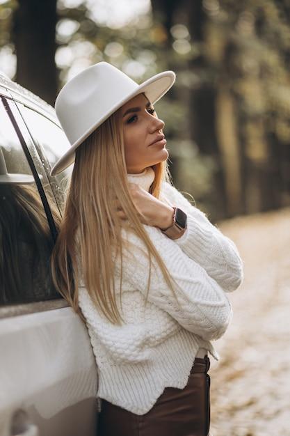 車で旅行する若いきれいな女性 無料写真