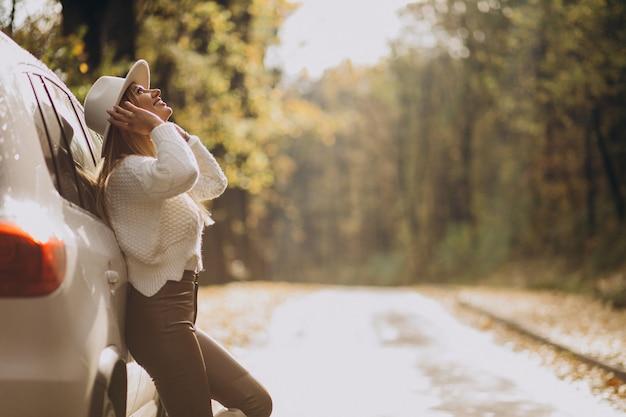 Giovane donna graziosa che viaggia in auto Foto Gratuite