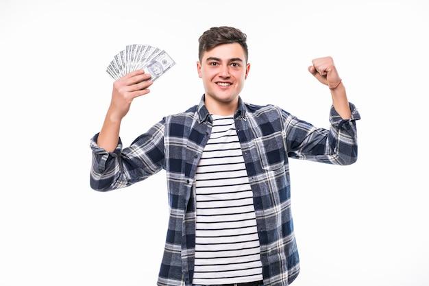 Молодой богач в повседневной футболке держит веер денег Бесплатные Фотографии