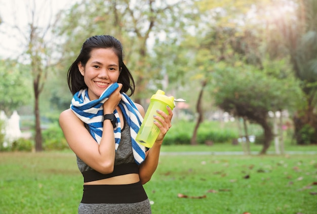 Young runner women with water buttle. healthy lifestyle concept. Premium Photo