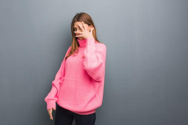 Молодая русская натуральная девушка смущена и одновременно смеется Premium Фотографии