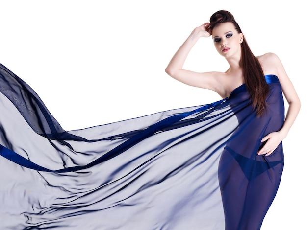 Молодая гламурная женщина чувственности в темно-синем шифоне на белом Бесплатные Фотографии