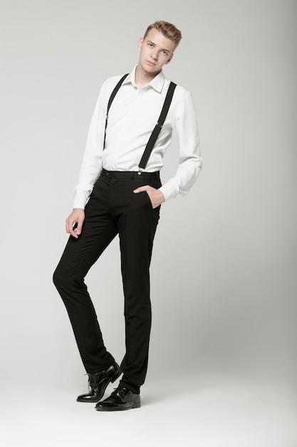 灰色の背景の若い深刻な男 Premium写真